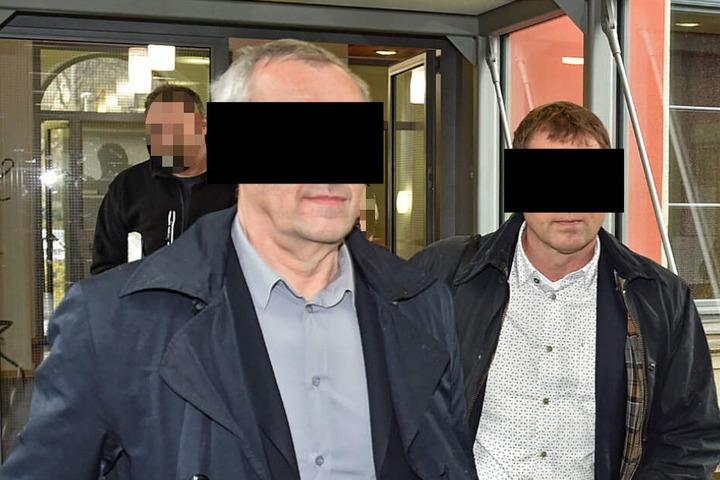 Eigentümer Jürgen H. (54) und sein Architekt Andreas S. (57) brachten jede Menge Unterlagen mit ins Gericht, um ihre Unschuld zu beweisen.