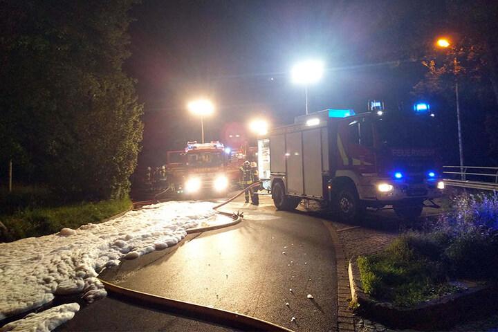 Der Parkplatz wurde gesperrt. Mit Schaum wurde der Brand gelöscht.