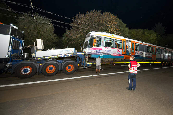 Das schwere Gefährt musste auf den Abschleppwagen geladen werden.