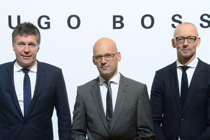 Arbeiten weiterhin zusammen (v.l.): Bernd Hake (Vorstand Vertrieb Hugo Boss AG), Vorstandsvorsitzender Mark Langer und Ingo Wilts (Vorstand Kreativ und Markenmanagement Hugo Boss).