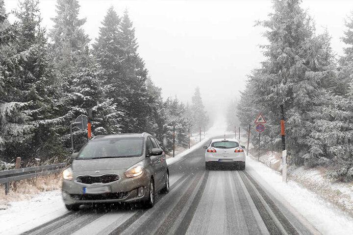 Die Zufahrt zum Fichtelberg war am Sonntag tief verschneit.