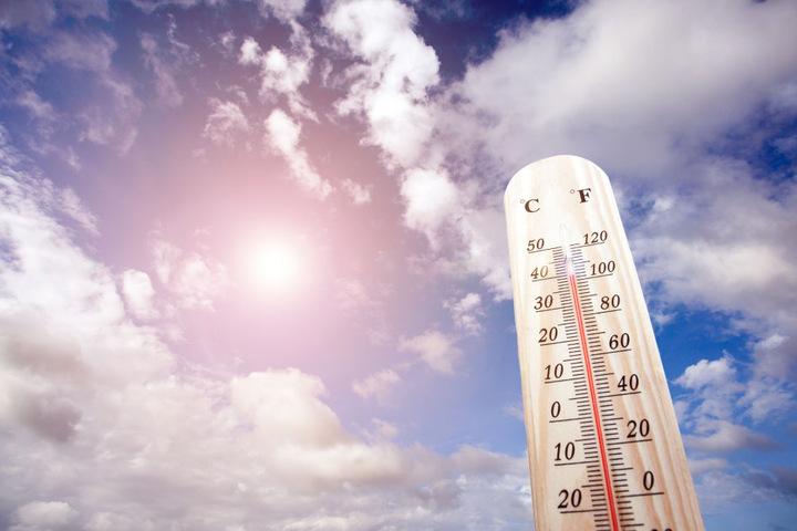 Das Thermometer zeigt die richtigen Werte an: Kommende Woche kratzen die Temperaturen wieder an der 40-Grad-Grenze.