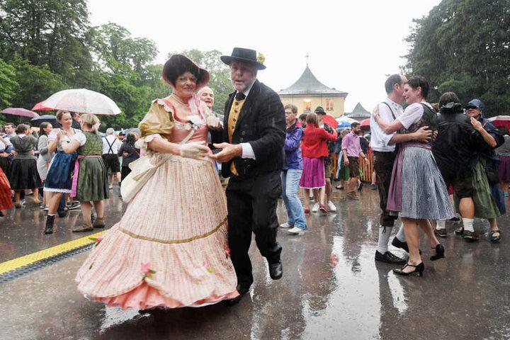 Irgendwann ist man es so nass, dass es keinen Unterschied mehr macht. 8000 hielten im Englischen Garten durch.