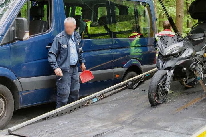 Rund zwei Stunden waren die Beamten mit der Unfallaufnahme beschäftigt. Sie gehen von einem Sachschaden in Höhe von 20.000 Euro aus.
