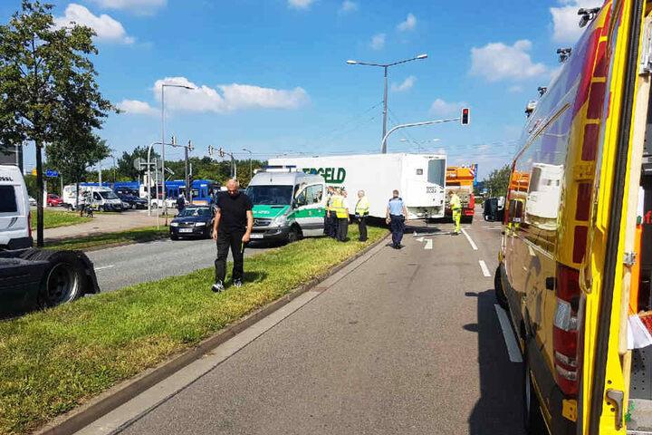Grund dafür war ein Anhänger, der sich von einem Laster gelöst hatte und quer über die Straße geschleudert wurde.
