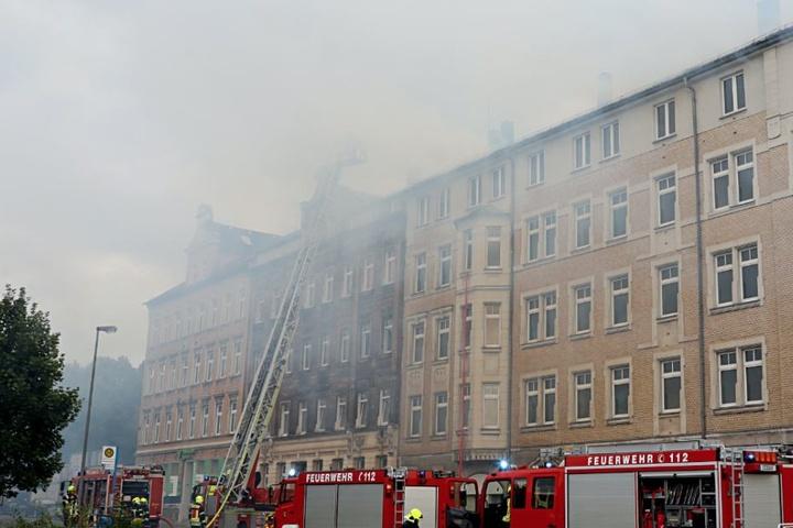 Mit einer Drehleiter gelangten die Kameraden aufs Dach des brennenden Hauses.