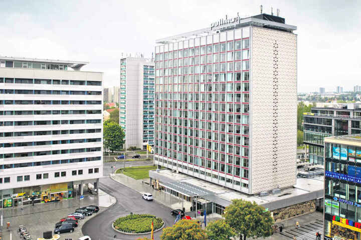 In 50 Metern Höhe ist der Nistkasten an der Dachkante des Hotels  montiert.