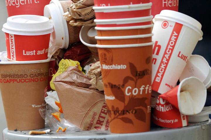 Tägliches Bild aus deutschen Großstädten. Kaffeebecher stapeln sich in einem Mülleimer.