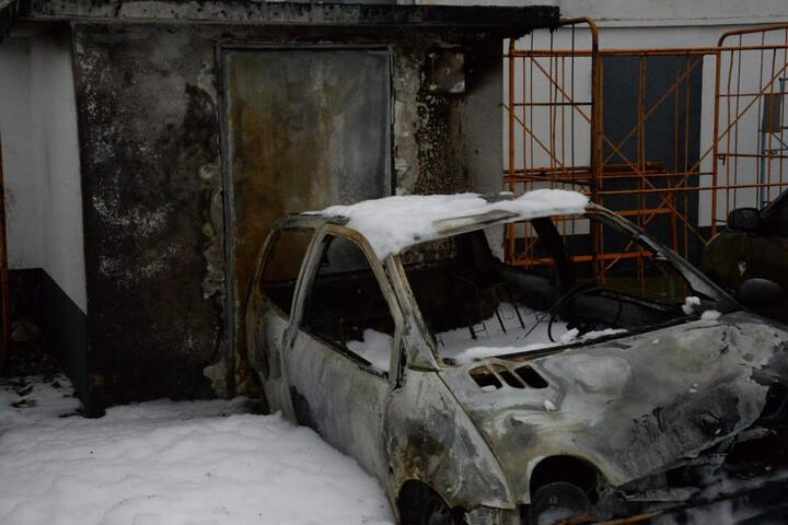 Der Außeneingang der Lagerhalle wurde stark verbrannt.