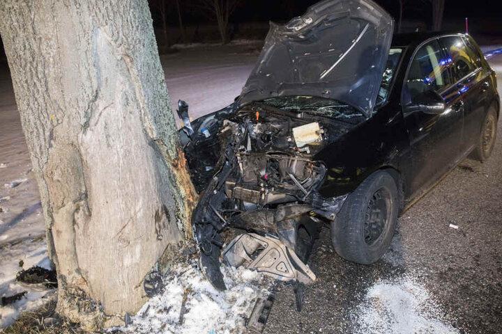 Der Aufprall war so heftig, dass sich der Baum mehrere Zentimeter in den VW bohrte.