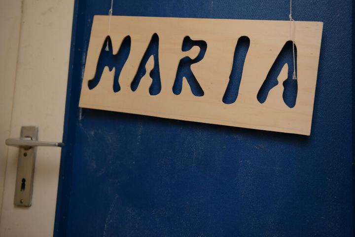 Das Namensschild der damals verschwundenen Maria hängt an ihrer Zimmertür in der Wohnung der Mutter.