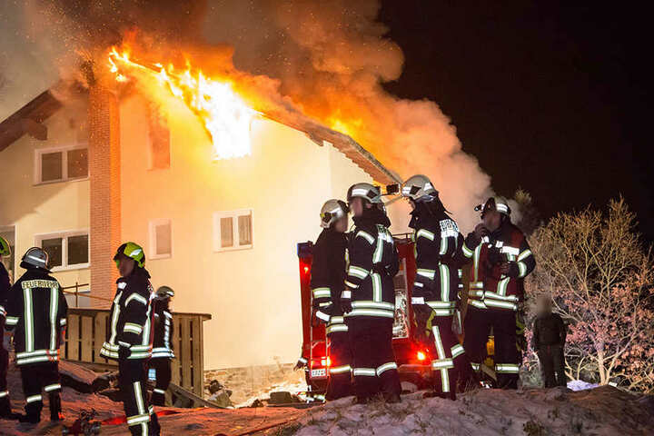 Als die Feuerwehr an dem Einfamilienhaus eintraf, stand das Dach schon weitestgehend in Vollbrand.