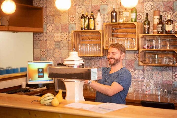 Leben Bowling gibt's natürlich auch Billardtische und leckere Drinks an der Bar.
