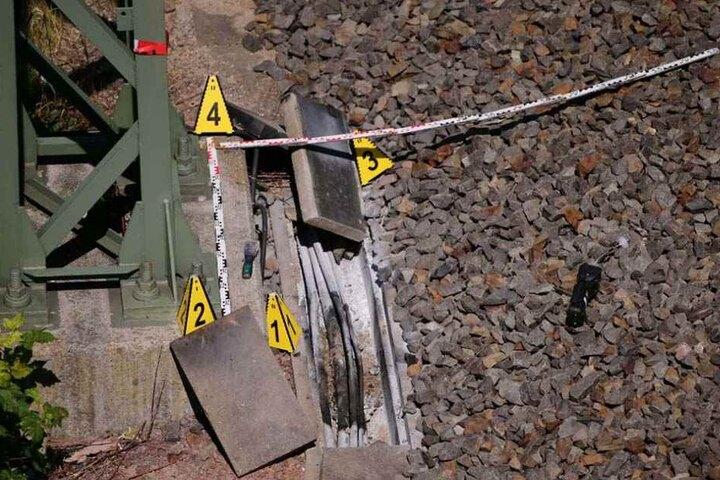 Die Brände in den Kabelschächten sorgten am Montagmorgen für Störungen der Signalanlagen und damit für Chaos auf Sachsens Bahnhöfen.