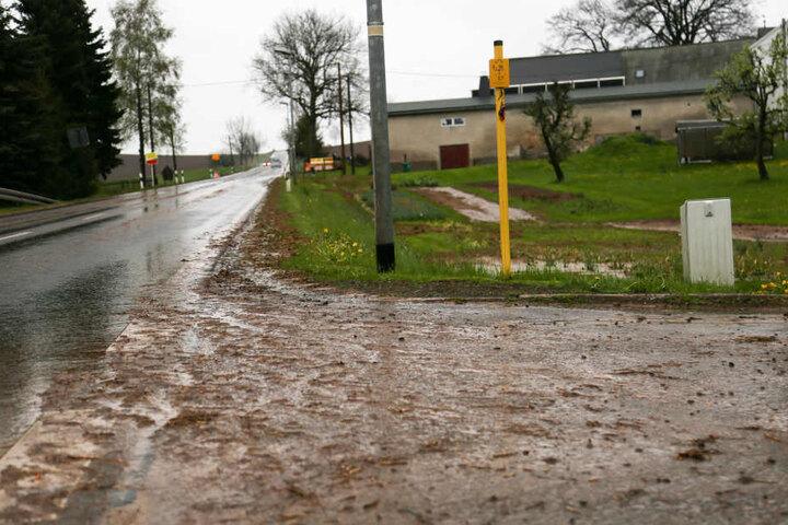 Schlamm überflutete die Straßen in Großhartmannsdorf.