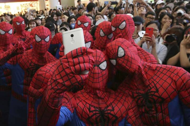 """Fans verkleidet als Spiderman bei der Filmpremiere von """"Spider-Man: Homecoming"""". (Archivbild)"""