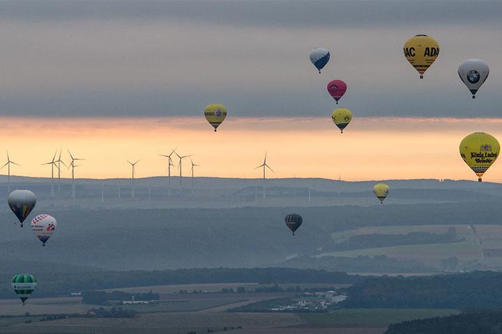 Am Himmel boten die Heißluftballons ein spektakuläres Highlight.