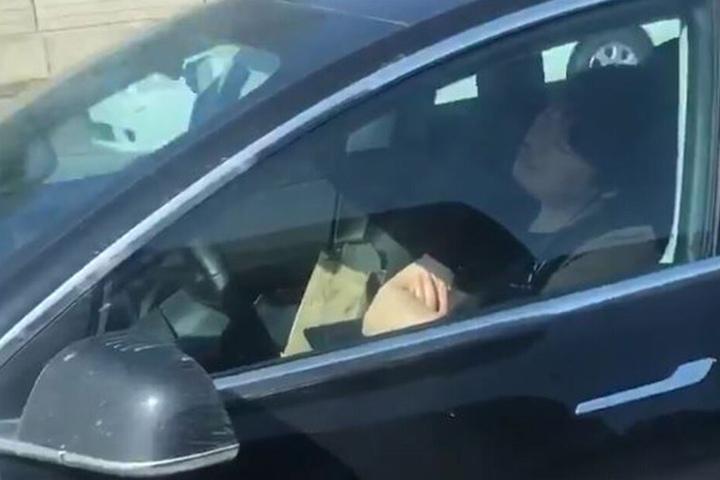 Der Fahrer schlief seelenruhig hinter dem Steuer.
