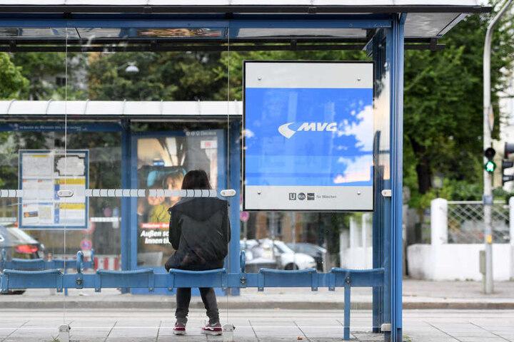 Eine Frau wartet an einer Straßenbahnhaltestelle. Bei der Münchner Verkehrsgesellschaft MVG gibt es seit den frühen Morgenstunden einen Warnstreik.