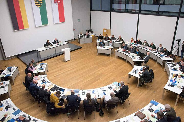 Zwickaus Stadtrat bei der Arbeit. Welche Konsequenzen wird es für Baubürgermeisterin Kathrin Köhler (40, CDU) nach ihrer Alkoholfahrt geben? Soll ihr Platz neben der OB frei bleiben?