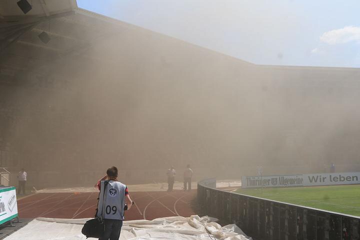 Kurzzeitig war die Sicht im Steigerwaldstadion gleich Null.