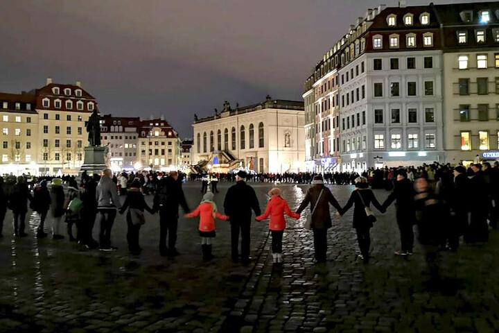 In der Dresdner Innenstadt schloss sich die Menschenkette - wie hier am Neumarkt.