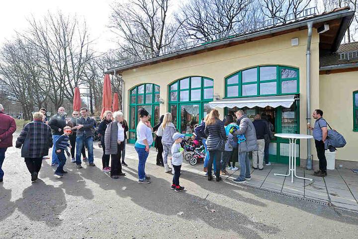 Für ein Eis standen die Chemnitzer am Milchhäuschen am Sonntag Schlange.