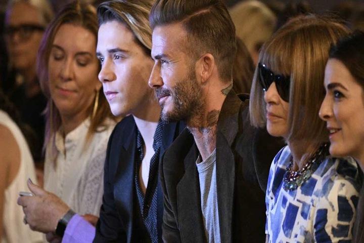 """Brooklyn (17) und David Beckham (41) nahmen in der ersten reihe neben """"Vogue""""-Chefin Anna Wintour Platz."""