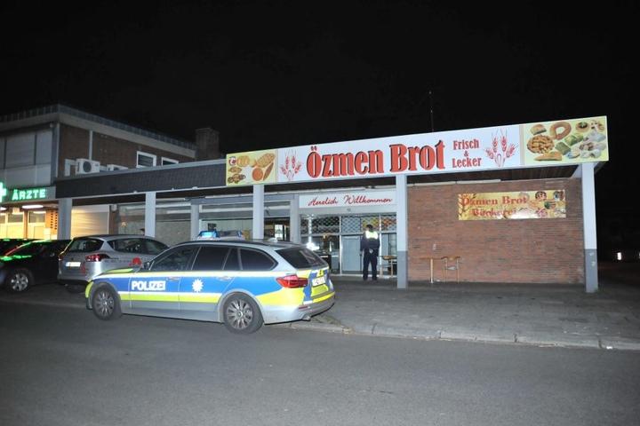 Polizisten bei der Durchsuchung der ehemaligen Bäckerei.