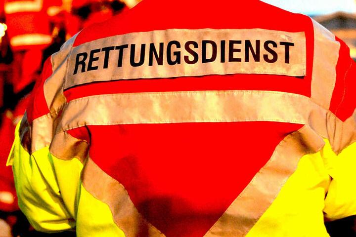 Rettungskräfte brachten den Verletzten umgehend in ein Krankenhaus, doch jede Hilfe kam zu spät. (Symbolbild)