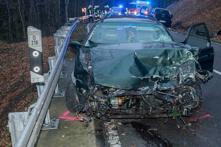 Der VW wurde bei dem Unfall völlig demoliert.