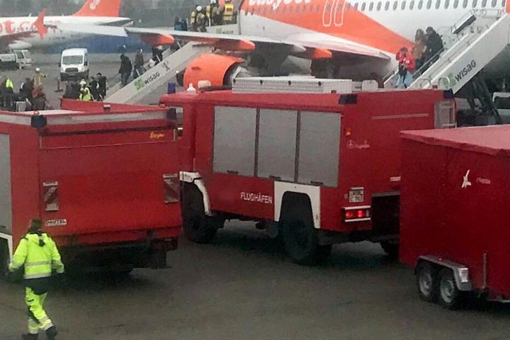 Die Flughafen-Feuerwehr hielt sich bereit, musste aber zum Glück nicht eingreifen. (Symbolbild)