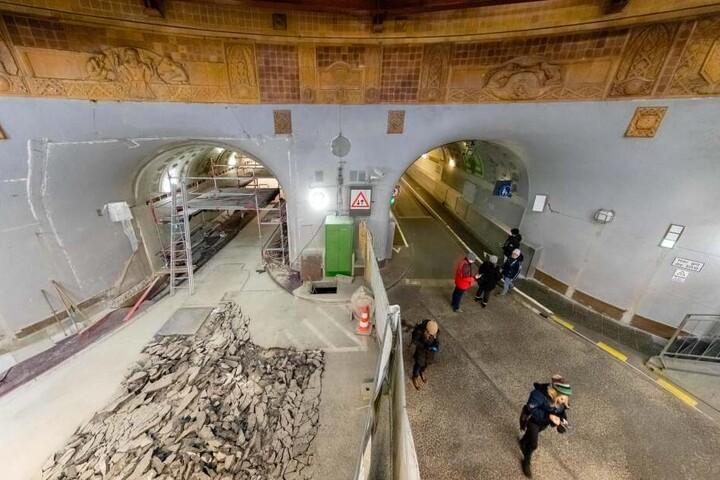 Im Rahmen der Sanierung des St.Pauli-Elbtunnels im Hamburger Hafen war die Oströhre wegen Asphaltierungsarbeiten lange gesperrt. Am Freitag wird sie wieder eröffnet.