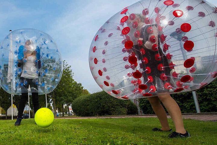 Gespielt wird übrigens mit dem gelben Ball. Den großen durchsichtigen Ball zu treten ist tabu.
