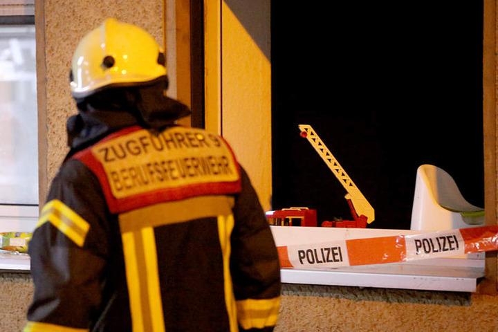 Ein Feuerwehrmann schaut sich den Brandort noch einmal an. (Symbolfoto)