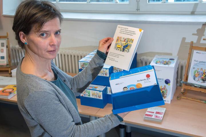 """Volkshochschul-Fachbereichsleiterin Astrid Günther (44) mit der neuen Berufswegweiser-Box. Enthalten sind 50 Berufsbilder in """"Leichter Sprache""""."""