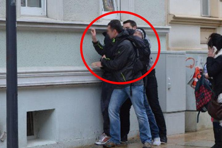Die Görlitzer verfolgten den 26-Jährigen bis in die Salomonstraße und pressten ihn dort, bis zum Eintreffen der Polizei, gegen eine Wand.