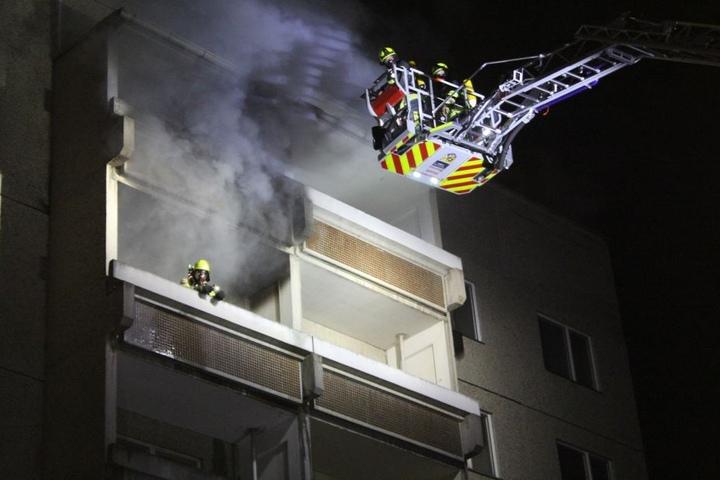 Dichter Rauch steigt aus der vierten Etage des Plattenbaus auf. Die Wohnungen über der Brandwohnung mussten gewaltsam geöffnet werden.