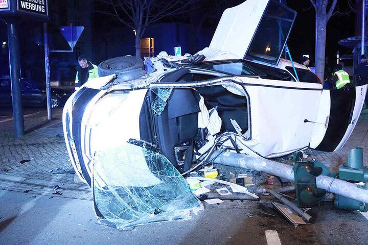 Der Fahrer wurde in seinem Fahrzeug eingeklemmt. Eine Ampelanlage am Unfallort ist nun Schrott.