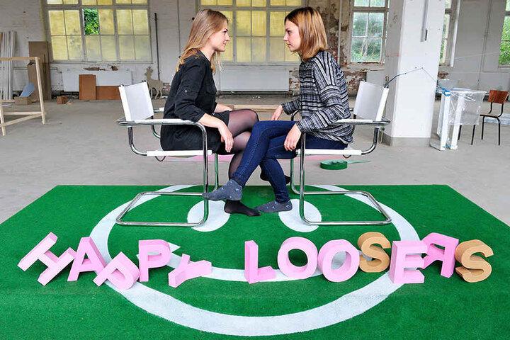 """Vera Jakubeit und Charlotte Krenz testen das Spiel """"Happy Loosers"""" bei den Begehungen 2015."""
