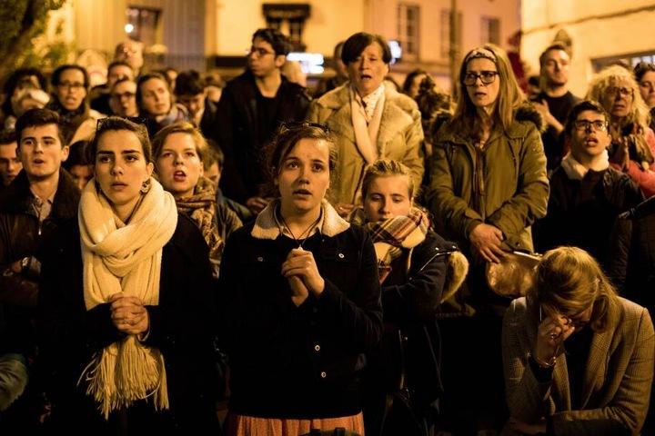 Die Menschen vor der Kirche können das Unglück nicht fassen.