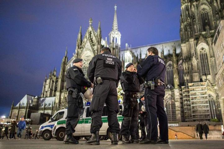 Polizisten am Kölner Dom.
