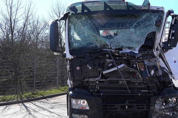 Die Vorderfront des Betonpumpen-Lkw wurde schwer beschädigt.