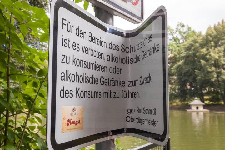 Am Schutzteich gab es 2015 bereits ein Alkoholverbot. Eines der Hinweisschilder wurde hier demoliert.