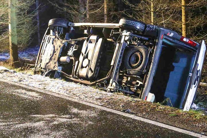 Offenbar hat Straßenglätte zu dem schweren Unfall geführt.