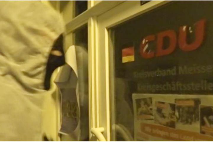 Die Aktivisten waren auch mit schwarzen Skimasken vermummt.