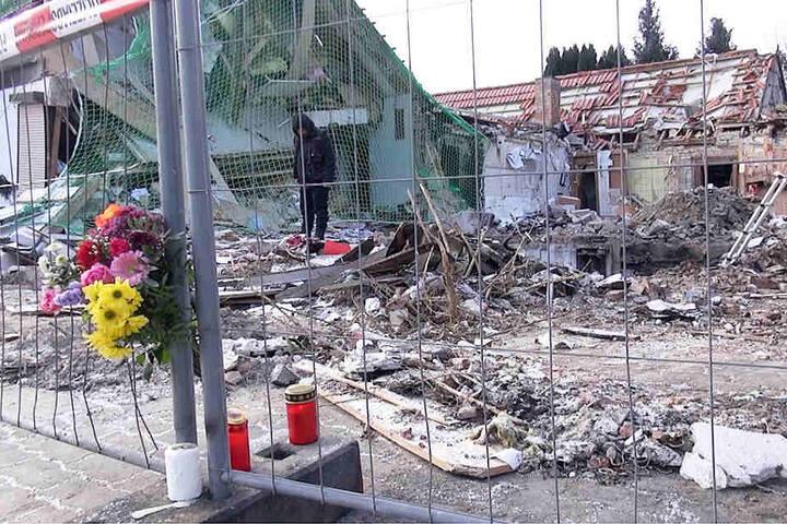 Blumen und Grablichter erinnern an den Toten (84), den Einsatzkräfte im Keller des explodierten Hauses fanden.