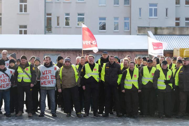 Teilnehmer des Warnstreiks der Geldtransporter-Fahrer in Leipzig.