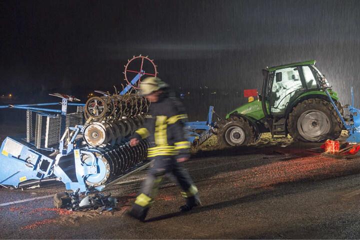Das Foto zeigt den Traktor und die Sämaschine, welche an dem Unfall beteiligt waren.