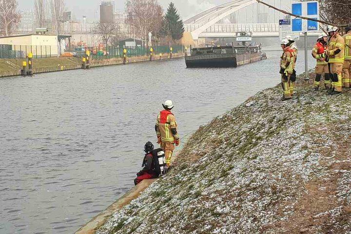 Die Einsatzkräfte erblicken am Ufer des Teltow-Kanals ein Güterschiff, aber kein schwimmendes Auto.